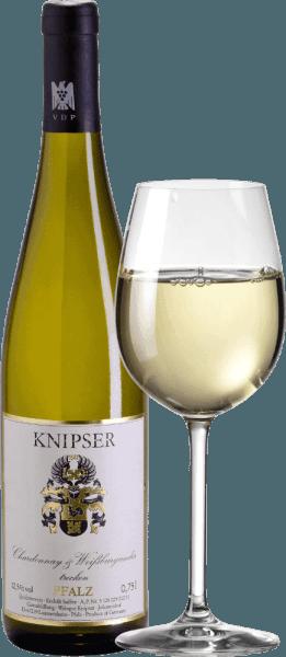 """Knipserowie wiedzą również, że rodzina burgundzkich odmian winogron wzmacnia różnorodność cech w zbiorowości. Podobnie jak ci dwaj bohaterowie - Chardonnay & Weißburgunder von Knipser - którzy pochodzą z tego samego żłobka, ale także wybierają własne ścieżki charakteru. Chociaż Chardonnay jest uważana za najlepszą odmianę białych winogron na świecie, Pinot Blanc jest znana tylko z naszych szerokości geograficznych, a nie wysokiej jakości. Obydwa razem dają cudownie harmonijne wino, które łączy równie elegancki przepływ picia, ale również smakowity stopień. Chardonnay i Pinot Blanc firmy Knipser to cudownie wytrawne białe wino palatynatowe, rzadko je znajdziesz. W żółtej sukience z zielonkawymi odbiciami to niemieckie wino błyszczy i ma soczyste aromaty dojrzałych lokalnych owoców, takich jak gruszka czy świeża śliwka. Winifikacja Chardonnay i Pinot Blanc przez Knipser Obie odmiany winogron cuvée rosną już razem w winnicy, co w rzeczywistości odpowiada klasycznemu zestawowi mieszanemu. Winogrona obu odmian są zbierane ręcznie i fermentowane razemw zbiorniku ze stali nierdzewnej o kontrolowanej temperaturze. Polecane jedzenie dla Knipser Chardonnay & Pinot Blanc To suche białe wino z Niemiec jest wspaniałym dodatkiem do świeżej sałatki letniej lub lekkich dań rybnych w kremowym sosie. Recenzje prasy dla Chardonnay - Pinot Blanc Cuvée by Knipser Eichelmann - niemieckie wina """"Chardonnay & Pinot Blanc jest bardzo zachęcający z dużą ilością topnienia, cudowniesoczyste i smaczne cuvée bliskich krewnych."""" Gault-Millau Wine Guide"""" Doskonałe wino gastronomiczne, które dociera do niesamowitej liczby gości, ponieważ jest bardzo uniwersalne, a mimo to nigdy nie oddaje czci samemu sobie. """""""