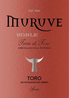W szkle, Muruve Tinto Roble Toro z Bodegas Frutos Villar pokazuje gęsty rubinowo-czerwony kolor. Pierwszy nos Muruve Tinto Roble Toro pokazuje nuty borówek, morwy i czarnych porzeczek. Owocowe części bukietu są połączone z nutami baryłkowego starzenia się, takimi jak cynamon, przyprawa do piernika i czarna herbata. Ta czerwień z Bodegas Frutos Villar jest właściwym winem dla wszystkich miłośników wina, którzy lubią je wytrawne. Nigdy nie pokazuje się jednak uboga ani krucha, lecz okrągła i gładka. Na podniebieniu, tekstura tego potężnego czerwonego wina jest cudownie gęsta i mocna. Ze względu na umiarkowaną kwasowość owoców, Muruve Tinto Roble Toro schlebia aksamitnym uczuciem na podniebieniu, nie pozbawiając jednocześnie świeżości. Na zakończenie, to czerwone wino z regionu winiarskiego Kastylia - León wreszcie inspiruje dobrą długością. Znowu pojawiają się odrobiny jeżyny i czarnej porzeczki. Winifikacja Muruve Tinto Roble Toro z Bodegas Frutos Villar To potężne czerwone wino z Hiszpanii jest winifikowane z odmiany winogron Tempranillo. Po ręcznych zbiorach winogrona szybko docierają do winnicy. Tutaj są posortowane i starannie zgniecione. Fermentacja odbywa się następnie w małym drewnie w kontrolowanej temperaturze. Po zakończeniu fermentacji, Muruve Tinto Roble Toro dojrzewa przez kilka miesięcy w beczkach z amerykańskiego dębu. Zalecenia żywieniowe dla Muruve Tinto Roble Toro z Bodegas Frutos Villar To czerwone wino z Hiszpanii najlepiej smakuje w umiarkowanej temperaturze 15 - 18°C. Jest doskonałym dodatkiem do zapiekanki cielęcej i cebulowej, warzywnego kuskusu z klopsikami wołowymi lub cytrynowego kurczaka chilli z bulgurkiem.