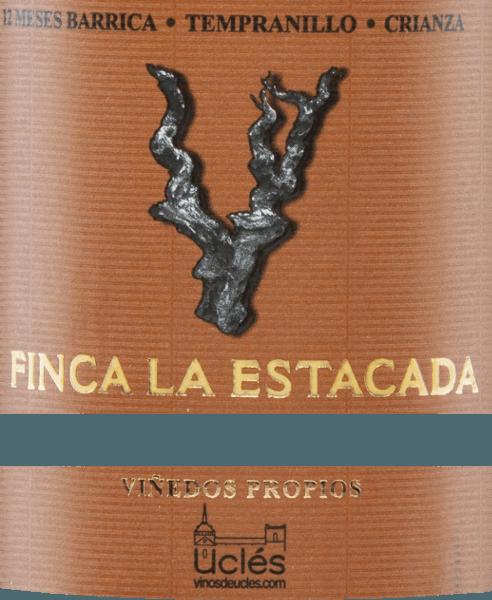 Wino 12 Meses Barrica Crianza z Finca la Estacada lśni w kieliszku głęboką wiśniową czerwienią z fioletowymi krawędziami. To jednoszczepowe czerwone wino pachnie intensywnie i skoncentrowanie dojrzałymi jeżynami i śliwkami, otulonymi pikantnymi nutami. Mocny smak przypomina nuty owocowe i aromaty tostowe pochodzące z leżakowania w drewnie. Miękkie taniny pieszczą podniebienie, a elegancki, długi finisz dopełnia tego hiszpańskiego czerwonego wina. WinifikacjaFinca la Estacada 12 Meses Barrica Crianza Winogrona zebrane z Finca la Estacada są najpierw pozbawiane pestek, miażdżone, a powstały moszcz poddawany jest fermentacji pod kontrolą temperatury w zbiornikach ze stali nierdzewnej. Po zakończeniu fermentacji, to wino jest najpierw starzone przez 12 miesięcy w beczkach z amerykańskiego dębu, zanim to czerwone wino ostatecznie zaokrągla się przez kolejne pięć miesięcy w butelce. Zalecenia żywieniowe dla12 Meses Finca la EstacadaBarrica Crianza To wytrawne czerwone wino z Hiszpanii doskonale komponuje się z tapas, szynką, jagnięciną, wołowiną, stekami i dojrzałymi twardymi serami.