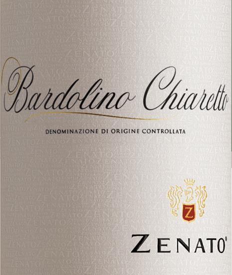 Bardolino Chiaretto by Zenato z włoskiego regionu winiarskiego DOC Bardolino w Wenecji Euganejskiej to wspaniały świeży, owocowy i żywy różowy cuvée z odmian winogron Corvina, Rondinella i Molinara. Wino to pojawia się w intensywnym różu koralowym z fioletowym połyskiem w szklance i rozkłada swój wspaniały bukiet, w którym dominują kwiaty i letnie czerwone owoce, takie jak truskawki i wiśnie. Na podniebieniu to rosécuvée jest ożywione i harmonijne, ze świeżą owocowością. Winifikacja Zenato Bardolino Chiaretto Materiał do zbiorów Bardolino Chiaretto pochodzi z winnic o suchych, gliniastych i wapiennych glebach. Klimat jest śródziemnomorski, z gorącymi suchymi latami i łagodnymi wilgotnymi zimami. Po selektywnym zbiorze winogrona są delikatnie prasowane, a moszcz usuwany po krótkim okresie maceracji i fermentowany w zbiornikach ze stali nierdzewnej pod kontrolą temperatury. Polecane jedzenie dla Bardolino Chiaretto Zenato Ciesz się tym wytrawnym winem różowym z północnych Włoch z przystawkami, łagodnymi sałatkami lub lekkim makaronem.