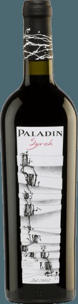 Syrah of Paladin to czyste czerwone wino z regionu Annone Veneto. Szkło przedstawia mocną rubinową czerwień z fioletowym błękitem. Wyraźny i złożony bukiet jagód (czarnej porzeczki, jeżyn i malin), dżemu i eleganckich przypraw wita nos. To włoskie czerwone wino jest dobrze skonstruowane, harmonijne i miękkie, ma charakter i piękną równowagę delikatnej kwasowości, intensywnych owoców i aksamitnych garbników. Owoce rezonują również w okrągłym, harmonijnym i średnio długim wykończeniu. Winifikacja winogron Paladin Syrah Po zbiorze winogron są one odtłuszczane, mielone i fermentowane pod kontrolą temperatury w zbiornikach ze stali nierdzewnej. Następnie wino dojrzewa i rafinuje przez dziewięć miesięcy w dębowych beczkach francuskich przed butelkowaniem. Zalecenia żywieniowe dla Syrah Paladin Podawać to czerwone wino z Veneto jako aperitif lub akompaniament do tapas (szynka, talerz kiełbasy), z Vespers lub chleb i średnio dojrzały ser miękki. Nagrody dla Syrah Paladin Berlin Wine Trophy: Złoto za 2016 Mundus Vini: Srebro na 2015 Concours Mondial de Bruxelles: Złoto na 2015 Wybory Mondiales de Vins Kanada: Złoto 2015