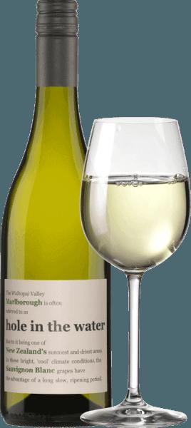 """Pochodzenie Sauvignon Blanc Hole in the Water od Konrad Wines Winnice, z których pochodzi to wspaniałe Sauvignon Blanc znajdują się w znanym regionie upraw Marlborough w Nowej Zelandii. Jest to prawdopodobnie najbardziej znany region uprawy tej odmiany winorośli. Hole in The Water dojrzewa w regionie o najdłuższym okresie nasłonecznienia spośród wszystkich obszarów upraw w Nowej Zelandii. Lodowiec pozostawił po sobie bogatą w składniki odżywcze glebę gliniasto-wapienną. Skały odbijają intensywne promienie słoneczne, długo oddają swoje ciepło, a wieczorem do doliny dociera świeże, pacyficzne powietrze. Jest to naturalna i najlepsza podstawa dla winiarza Jeffa Sinnotta do stworzenia produktu najwyższej klasy. Strona Nazwa dziury w wodzie pochodzi z jej pochodzenia, z doliny Waihopai. Waihopai oznacza """"dziurę w wodzie"""" w języku maoryskim. Ze względu na bardzo niskie opady w tej dolinie, Konradowi Wines udaje się stworzyć wyjątkowe Sauvigon Blanc. Winogrona z Hole in the Water rozwijają się na bardzo piaszczystej glebie z domieszką gliny. Gleba ta bardzo dobrze drenuje (wypłukuje), dzięki czemu dostarcza winorośli wielu minerałów. Smak Hole in the Water Sauvignon Blanc Hole in the water Sauvignon Blanc od Konrad Wines pokazuje się w kieliszku jasnożółte z zielonymi refleksami i uwodzi kuszącym bukietem świeżej trawy, agrestu i nutą czarnego bzu.To białe wino z Nowej Zelandii (Waihopai Valley) jest soczyste na podniebieniu z subtelnymi aromatami cytrusów i guawy. Finisz tego Sauvignon Blanc jest świeży i żywy. Dziurawe Sauvignon Blanc jest również wspaniałym towarzyszem wieczorów. Zalecenia żywieniowe dla Sauvignon Blanc Hole in the Water Delektuj się tym wytrawnym białym winem z risotto, szparagami lub rybami i owocami morza. Nagrody Hole in The Water Sauvignon Blanc Konrad Wines Decanter: 91 punktów za rok 2016 Bob Campell: 89 punktów za rok 2013 Jancis Robinson: 88 punktów za rok 2009 Hole in the Water Sauvignon Blanc to bardzo, bardzo dobra i tańsza alternatywa dla S"""