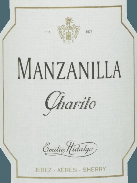 Charito Manzanilla zEmilio Hidalgo to orzeźwiająca, wytrawna sherry z odmiany winogron Polomino Fino (100%) W kieliszku wino to mieni się wspaniałą słomkowo-żółtą barwą z musującymi refleksami. W nosie aromatyczne nuty żółtych owoców pestkowych i orzechów. Na podniebieniu ta sherry jest lekka i elegancka z długim finiszem. WinifikacjaEmilio HidalgoCharito Manzanilla Ręcznie zbierane winogrona są pozbawiane pestek, delikatnie wyciskane, a powstały moszcz poddawany jest fermentacji w zbiornikach ze stali nierdzewnej pod kontrolą temperatury. To młode wino jest następnie odciągane, wzmacniane i umieszczane w beczkach z amerykańskiego dębu w celu wstępnego dojrzewania. Beczki napełniane są tylko do pewnego stopnia (maksymalnie 85%), aby mógł rozwinąć się charakterystyczny flor (warstwa drożdży), który szczelnie zamyka wino i nadaje mu specyficzny dla sherry aromat. Gdy wino dojrzeje, przechodzi do tradycyjnego systemu solera, w którym sherry tego samego typu dojrzewają przez trzy do dziesięciu lat w beczkach ustawionych jedna nad drugą. Najstarsze wina przechowywane są w dolnych beczkach (Solera), natomiast najmłodsze w górnych rzędach (Criaderas). Sherry przeznaczona do sprzedaży jest zawsze pobierana z niższych beczek. Tutaj jednak pobiera się tylko niewielką część (maksymalnie jedną trzecią), a pobraną część uzupełnia się sherry z górnych rzędów. Cała ta zasada jest kontynuowana aż do najwyższych beczek, gdzie do sherry dodaje się młode wino, Mosto. Zalecenia żywieniowe dlaManzanilla Charito zEmilio Hidalgo Ta wytrawna sherry z Hiszpanii najlepiej smakuje dobrze schłodzona i pasuje jako aperitif lub również doskonale do tapas, ryb i owoców morza.
