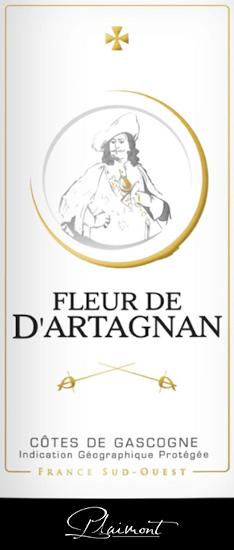 Fleur de d 'Artagnan Rosé by Plaimont prezentowany jest w szklance w pięknym łososiowo-czerwonym kolorze. Pojawiają się tu wyraziste aromaty słodkich i dojrzałych jagód, takich jak maliny, truskawki, jagody i porzeczki. Te nuty jagód zaokrągla delikatna nuta pieprzu i egzotyczne nuty. Ten zrównoważony cuvée przekonuje na podniebieniu z dużą ilością soku i pełni oraz żywe i świeże wrażenie. W wykończeniu Fleur de d 'Artagnan Rosé zauważalne są subtelne niuanse kwiatowe i pieprzowe. Idealne wino na letnie wieczory na tarasie lub przy grillu! Winifikacja Fleur de d 'Artagnan Rosé Ten francuski cuvée z Gasgogne jest winifikowany 70% z Merlot i 30% z Cabernet Sauvignon. Po zbiorze winogrona są odtłuszczane, tłuczone i delikatnie prasowane po pewnym okresie postoju. Wytwarzany moszcz jest fermentowany na zimno w zbiorniku ze stali nierdzewnej, co zapewnia świeżość i owocowość tego wina. Seria win Fleur de d 'Artagnan wytwórni wina Plaimont obejmuje wina o wyjątkowej świeżości, klarowności i owocowości o uczciwym charakterze odmiany winogron. Główny nacisk kładzie się na regionalne odmiany winogron. Wina spirytusowe mają stanowić imponujący pomnik słynnego muszkietera d 'Artagnana, którego portret zdobi etykietę. Rekomendacja żywieniowa dla Fleur de d 'Artagnan Rosé autorstwa Plaimont Ciesz się tym suchym różem z południowej Francji ze świeżymi sałatkami, grillowanymi lub owocowymi deserami.
