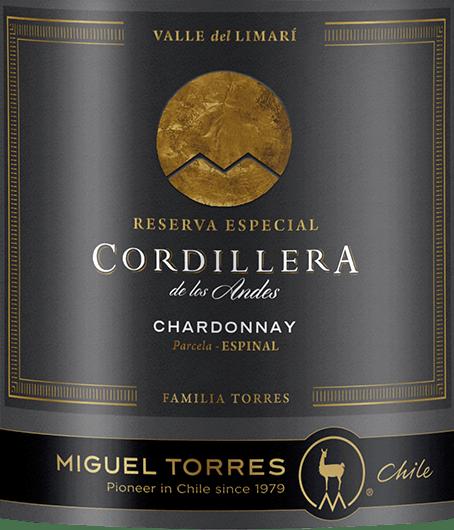 The Cordillera Chardonnay by Miguel Torres from Chileto wino mieni się wspaniałą słomkową żółcią z delikatnymi złotymi refleksami. Bukiet oferuje wspaniałą różnorodność aromatów. Świeży grejpfrut prezentuje się wraz z białymi porzeczkami i soczystymi brzoskwiniami z winnicy - podkreślony kwiatami owoców i eleganckim, delikatnym oddechem po prażonych orzechach laskowych. Na podniebieniu, to chilijskie białe wino prezentuje soczyste, pełne ciało z rozpływającą się, kremową strukturą. Aromaty nosa są również wspaniale obecne i doskonale równoważą się z żywą kwasowością. Długiemu finiszowi towarzyszą owocowe nuty owoców pestkowych i cytrusów. Winifikacja Torres Cordillera Chardonnay Winogrona do Cordillera Chardonnay od Miguel Torres Chile pochodzą z Valle de Limari wCoquimbo.  Zbiór winogron Chardonnay do produkcji tego białego wina odbywa się pod koniec lutego. Winogrona są natychmiast przewożone do winiarni, gdzie są delikatnie tłoczone. Fermentacja i dojrzewanie tego białego wina odbywa się w stalowych zbiornikach oraz w drewnianych beczkach. 54% tego białego wina trafia do beczek z francuskiego dębu, a 46% jest fermentowane i starzone w zbiornikach ze stali nierdzewnej. Dąb daje temu winu harmonijną równowagę - zbiornik ze stali nierdzewnej świeży owoc szczepu. W przypadku tego wina zrezygnowano z biologicznej redukcji kwasu - wino dojrzewa na delikatnych drożdżach. Zalecenia żywieniowe dla Chardonnay Miguel Torres Chile Cordillera Delektuj się tym wytrawnym białym winem z Chile z wędzonym pstrągiem lub łososiem, świeżymi owocami morza w kremowych sosach lub pieczoną rybą.