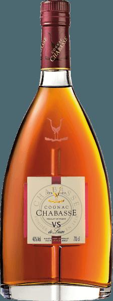 Cognac VS de Luxe z Cognac Chabasse to miękka, harmonijna brandy z odmian winogron Ugni Blanc (80%), Colombard (15%) i Folle Blanche (5%). W szklance ten koniak świeci w jasnym bursztynie ze złotymi odbiciami. Uwodzicielski bukiet ujawnia wspaniałe aromaty wanilii, orzechów i delikatnych przypraw. Dodatkowo towarzyszą jej typowe dla koniaku nuty kwiatowe. Na podniebieniu ta francuska brandy jest cudownie miękka i harmonijna z obecną siłą i żywą osobowością. W długim finale kwieciste nuty znów wysuwają się na pierwszy plan. Winifikacja koniaku Chabasse VS de Luxe Winogrona do tego koniaku zbierane są bardzo wcześnie i fermentowane do mocnego kwasowego białego wina. Kwas chroni przed utlenianiem, ponieważ koniak nie jest siarkowany. Wino bazowe jest obecnie dwukrotnie destylowane w palniku miedzianym przy użyciu tradycyjnego procesu destylacji Charentaisera. Do dojrzewania dobierane są drewniane beczki z dębu limuzynowego. Koniak dojrzewa przez co najmniej 2 lata. Rekomendacja serwowania koniaku VS de Luxe Chabasse Ta brandy z Francji świetnie pasuje do przytulnej kawowej rundy, jako trawienie, lub do wieczoru z kominkiem z lekkim cygarem.