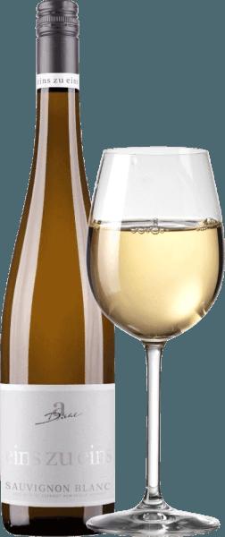 Sauvignon Blanc od jednego do jednego A. Diehla można uznać za przykład typowego niemieckiego Sauvignon Blanc. W szkle widać delikatny platynowy złoty kolor, a także rozkosze bukietu: świeża trawa i czysta agrest. To białe wino palatynatowe rozpieszcza czarującymi owocami, złożonymi z aromatów cytrusowych, bergamotki, dojrzałego mango i bogatego melona, uzupełnionych o czarną porzeczkę. Na podniebieniu, jeden do jednego Sauvignon Blanc A. Dieht jest fantastycznie świeży i niezwykle wyrazisty. Doskonała mineralność w połączeniu z zwartą strukturą charakteryzują wykończenie. To białe wino łączy potężny charakter dobrze dojrzałych winogron z zielono-owocową świeżością, która dała nowozelandzkim winom tej odmiany winogron ogromną popularność. Vinification of the One to One Sauvignon Blanc by A. Diehl Sauvignon Blanc jest uprawiany na bazie odmian i winifikowany wyłącznie w zbiorniku ze stali nierdzewnej, aby zmaksymalizować styl odmian winogron. Po krótkiej fazie dojrzewania w zbiorniku ze stali nierdzewnej Sauvignon Blanc jest świeżo i chrupiąco butelkowany Zalecenia żywieniowe dla Sauvignon Blanc jeden do jednego autorstwa A. Diehla Polecamy to białe wino z Palatynatu z lekkim mięsem, surową żywnością, szparagami z winegretem i warzywnymi lasagnami. Nagrody dla A. Diehl Eins zu Eins Sauvignon Blanc Mundus Vini: Złoto 2016