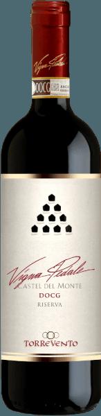 Vigna Pedale Castel del Monte Riserva DOCG Torrevento to prawdziwy łowca medali. Ta odmiana Nero di Troia z Puglii występuje w szklance w głębokim, rubinowo-czerwonym kolorze. Na krawędziach to górne wino zamienia się w delikatną granatową czerwień. Pierwszy nos pedału Vigna z Torrevento obiecuje wspaniałe przyprawy z pieprzu, gleby leśnej, grzybów, podszytu i wszelkiego rodzaju czarnych jagód. Tymianek i mineralne niuanse gleb wapiennych doskonale dopełniają bukiet pedału Vigna. Na podniebieniu figurka Torrevento zaczyna być cudownie mięsista i przyczepna. Skoncentrowane wino o niezwykłej długości i przyczepnych, charakterystycznych garbnikach, które przyjemnie zaokrąglają się powietrzem bez utraty profilu. W zaskakująco długim wykończeniu ponownie piękna równowaga owoców i przypraw. Winifikacja TorreventoVigna Pedale Castel del Monte Riserva Winogrona pochodzą z Castel del Monte, sklasyfikowanego jako DOCG, i pochodzą z winnic zaledwie kilkaset metrów od morza. Klimat umiarkowany przez Adriatyk i rzadka gleba mineralna gwarantują doskonały materiał winogronowy. Po zbiorze winogrona natychmiast migrują do winnicy i są tłuczone po nowej selekcji. Po długiej maceracji rozpoczyna się fermentacja w zbiorniku ze stali nierdzewnej, a następnie ekstrakcja w stali nierdzewnej i dojrzewanie przez 8 miesięcy. Następnie kolejne 12 miesięcy w dużych dębowych beczkach, zanim Vigna Pedale Castel del Monte z Torrevento wreszcie wejdzie do butelki. Rekomendacja jedzenia dla pedałów Vigna firmy Torrevento Ciesz się tym wyjątkowym czerwonym winem z Puglii z wołowiną, soczystą pieczenią, dziczyzną, dojrzałym twardym serem i salami. Nagrody Vigna PedaleCastel del Monte Riserva Gambero Rosso: 3 szklanki na 2015 rok Bibenda: 4/5 winogron za 2015 rok I Vini di Veronelli: 93 punktów za 2015 rok Doktor Wine: 93 punktów za 2015 r. Luca Maroni: 90 punktów za 2015 r.