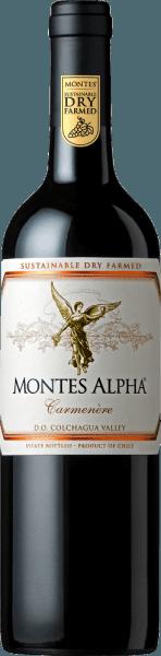 Der Montes Alpha Carmenère wird aus den RebsortenCarmenère (90%) und Cabernet Sauvginon (10%) vinifiziert. Im Glas funkelt dieser Rotwein ist einem wunderschönen Rubinrot. Das Bouquet erfreut mit Aromen nach schwarzem Pfeffer, reifen roten Beeren und Schokolade. Fein untermalt werden die Aromen der Nase mit einer Spur Vanille und Anklängen von dunklen Pflaumen. Dieser chilenische Rotwein ist weich und harmonisch ausgewogen am Gaumen. Sanfte Tannine und wunderbar integrierte Eichenholznoten leiten in das verführerische, wundervoll lange Finale über. Vinifikation desCarmenère Montes Alpha Nach der sorgsamen Handlese der Trauben werden diese für insgesamt 7 Tage bei 9°C kalt eingemaischt. Darauf folgt die alkoholische Gärung für 10 Tage. Für die wunderbaren Holznuancen und kräftige Farbe wird dieser Rotwein für 12 Monate inneuen und gebrauchten Barriques aus französischer Eiche ausbaut. Dieser Rotwein wird unfiltriert auf die Flasche gefüllt. Speiseempfehlung für den Montes Alpha Carmenère Wir empfehlen diesen trockenen Rotwein aus Chile zu kräftig-würzigen Wildgerichten mit Rosenkohl und Schwenkkartoffeln, zarten Lammfleisch vom Grill oder auch zu geschmorten Lammbraten.