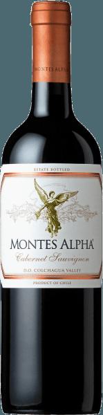 Montes Alpha Cabernet Sauvignon to cudowny cuvée czerwonego wina Cabernet Sauvignon (90%) i Merlot (10%). W szklance to chilijskie czerwone wino zachwyca mocnym rubinowo-czerwonym kolorem.Elegancki, złożony i intensywny bukiet rozwija mocne aromaty fiołków i czerwonych owoców - zwłaszcza wiśni sercowych - a także nuty jeżyny, czekolady i czarnego pieprzu z nutą pudełka po cygarach. Aromaty nosa dopełniają nuty wanilii, karmelu i kawy o dojrzałości dębowej. Na podniebieniu to znakomite czerwone wino z Chile przekonuje wspaniałą równowagą, świetną strukturą, średnią konsystencją oraz jędrnymi i okrągłymi garbnikami. Czerwone wino kończy się długim i wytrwałym pogłosem. Winifikacja Cabernet Sauvignon Montes Alpha Zarówno winogrona Cabernet Sauvignon, jak i Merlot zbierane są ręcznie w optymalnej dojrzałości. Po całkowitym odtłuszczeniu winogrona są oddzielane od siebie i fermentowane. Po fermentacji alkoholowej następuje wydłużony okres zgniatania. Daje to temu czerwonemu winu silny aromat, intensywny kolor i wspaniałe garbniki. Dojrzewanie tego czerwonego wina odbywa się przez 12 miesięcy we francuskich dębowych barykadach. Tylko przy butelkowaniu Montes Alpha Cabernet Sauvignon harmonijnie zaokrągla się zawartością Merlota 10%. Zalecenia żywieniowe dla Montes Alpha Cabernet Sauvignon To wytrawne czerwone wino z Chile jest idealnym dodatkiem do makaronu z sosem bolońskim, czerwonym mięsem, pieczonymi kotletami cielęcymi z sosem Cabernet, żeberkami wieprzowymi, mongolską wołowiną i ciemną czekoladą.