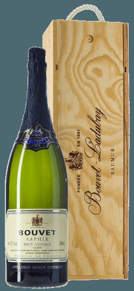 Bouvet Saphir Saumur Brut Vintage od Bouvet Ladubay lśni jasnożółtą barwą z delikatnymi zielonymi refleksami w kieliszku. Perlage jest bardzo delikatny. W nosie, Bouvet Saphir pokazuje dużo białej brzoskwini, niuanse cytrusowe i delikatne nuty kwiatu limonki. Na podniebieniu to francuskie wino musujące charakteryzuje się świeżym, owocowym smakiem, w którym wyczuwalne są zielone jabłko i biała brzoskwinia. Ten rocznik crémant jest klasą samą w sobie, ujawnia pełne ciało z doskonale zbudowaną kwasowością. Szczególnie dobrze nadaje się jako aperitif lub na zakończenie posiłku. Bouvet Saphir to Brut Crémant, który w żadnym momencie nie jest niewygodny. Eleganckie i pyszne - na wszystkie piękne chwile w życiu. Winifikacja Bouvet Saphir Crémant Jeroboam Jak każde dobre Crémant, Saphir jest również produkowany w klasycznej fermentacji w butelce. Cuvée z Chardonnay i Chenin Blanc dojrzewa po fermentacji w butelce przez kilka miesięcy w obszernych piwnicach Bouvet Ladubay, aż do ostatecznego rozlania do butelek i wprowadzenia Saphir Brut do handlu. Zalecenia żywieniowe dla Jeroboam Bouvet Saphir Brut Delektuj się Bouvet Saphir Brut z daniami rybnymi, ostrygami, grillowanymi krewetkami, a także z duszonym drobiem i innymi daniami z białego mięsa.