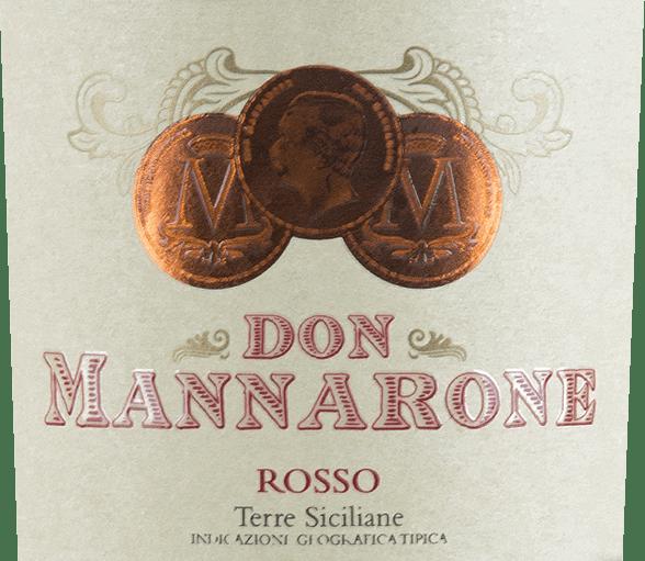 Don Mannarone Terre Siciliane autorstwa Mánnary pojawia się w mocno ciemnej czerwieni w szkle. W nosie od razu zauważalne są owocowe aromaty dojrzałych, czerwonych owoców jagodowych. Podniebienie jest pełne barokowego bogactwa. Znajdują się tu aromaty owoców jagodowych (zwłaszcza kaszy, śliwek, soczystych jeżyn i wiśni), uzupełnione zapachem śródziemnomorskich ziół (tymianek) i ciepłych przypraw (wanilia, pieprz). Garbnik jest delikatny i bardzo drobny, kwas jest doskonale zintegrowany. Pogłos jest niezwykle długi i widać, że Don Mannarone jest flagowym statkiem winnicy. Tutaj znów na pierwszy plan wysuwają się pełne owoce jagodowe i ciepłe przyprawy. Winifikacja Don Mannarone Rosso Mánnara Don Mannarone IGT Terre Siciliane od Mánnary to cuvée zrobione z Nero d 'Avola, Merlot i Syrah. Winogrona rosną w zachodniej części Sycylii w najlepszych warunkach. Gleba składa się w dużej mierze z gliny bogatej w krzemiany. Po łagodnych zbiorach winogrona są przywożone do winnicy, mieszane i dojrzewające oddzielnie w stali nierdzewnej i w beczkach baryłkowych. Po dojrzewaniu wino jest cuvéed. Nazwany na cześć założyciela winnicy, Don Mannaroneprzypomina północny włoski Amarone w swoim stylu ze względu na obfitość aromatów i subtelny, ale dobrze zintegrowany cukier resztkowy. Rekomendacja jedzenia dla Rosso Don Mannarone Don Mannarone Rosso z Mánnary to idealny dodatek do dań z ciemnym mięsem, pikantnymi sosami i różnymi warzywami zimowymi w temperaturze 16-18°C. Ale jest to również doskonałe wino medytacyjne samo w sobie, które może towarzyszyć towarzyskiemu wieczorowi.