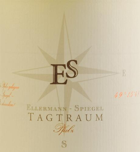 Cuvée Tagtraum firmy Ellermann-Spiegel jest winifikowane przez Franka Spiegela z Auxerrois i Pinot Blanc i trafia do szklanki z jasnocytrusową żółcią. Nos tego dobrze wysuszonego, chwalebnego białego wina palatynatu wyznaczają dojrzałe gruszki i wszelkiego rodzaju tropikalne owoce, takie jak liczi, mango i mandarynka. Na podniebieniu marzenie Ellermanna-Piegela jest cudownie smaczne, soczyste i owocowe. Egzotyczne aromaty owoców, topnienie i wewnętrzna gęstość tego wina zachęcają do marzeń. Półsuchy profil smakowy zapewnia niesamowity przepływ picia. Równowaga słodyczy i świeżej kwasowości jest idealna. Winifikacja białego wina Daydream przez Ellermann-Spiegel Sen dzienny Ellermann-Spiegel jest winifikowany wyłącznie w zbiorniku ze stali nierdzewnej i dlatego urzeka mnie absolutnie nieskażony aromat owoców. Auxerrois zapewnia wyraz i owoce, podczas gdy Pinot Blanc daje ciało wina, nie sprawiając, że wygląda zbyt tłuste. Polecane jedzenie dla białego wina cuvée daydream Ellermann-Spiegel Ciesz się marzeniami Franka Spiegla z azjatyckimi potrawami, czy to wietnamskimi, czy tajskimi.