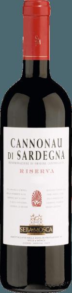 Cannonau di Sardegna DOC Riserva z Sella & Mosca pokazuje się na początku w jasnej rubinowej czerwieni, która następnie nabiera cieplejszego odcienia w procesie dojrzewania. Wraz z wiekiem to czerwone wino z Sardynii rozwija złożony i elegancki bukiet przypominający fiołki. Aromatyczne nuty starzejącego się drewna dopełniają zapachu. Na podniebieniu Cannonau di Sardegna DOC Riserva jest ciepłe, wytrawne i harmonijne, z lekką nutą śliwki w tle, którą podkreślają delikatne nuty drewna. Winifikacja dla Cannonau di Sardegna Riserva z Sella & Mosca Cannonau to najsłynniejsza odmiana winorośli z Sardynii, znana również pod synonimami Grenache lub Alicante. Winogrona Cannonau znajdują idealne warunki do rozwoju zarówno na ciepłych, piaszczystych glebach sardyńskiego wybrzeża, jak i w surowych, skalistych górach w głębi lądu. W winnicach Sella&Mosca, jest uprawiana w południowo-wschodniej części, gdzie Gregale wieje z północnego wschodu Rozgniecione i zmiażdżone winogrona poddawane są zimnemu ługowaniu przez co najmniej 3 dni, aby umożliwić ekstrakcję barwników i tanin ze skórek, które sprzyjają procesowi długiego starzenia w dębowych beczkach. Fermentacja w temperaturze 25-28° Celsjusza trwa około 12 dni. Czerwone wino jest następnie starzone przez dwa lata w tradycyjnych słowiańskich dębowych beczkach. Po dalszym leżakowaniu w butelce wino osiąga pełną dojrzałość. Zalecenia żywieniowe dla Cannonau di Sardegna Riserva z Sella & Mosca Delektuj się tym wytrawnym czerwonym winem z daniami z dziczyzny, wołowiny lub wieprzowiny. Przed wypiciem Cannonau di Sardegna powinno być odkorkowane już 2 godziny wcześniej lub przelane do karafki.