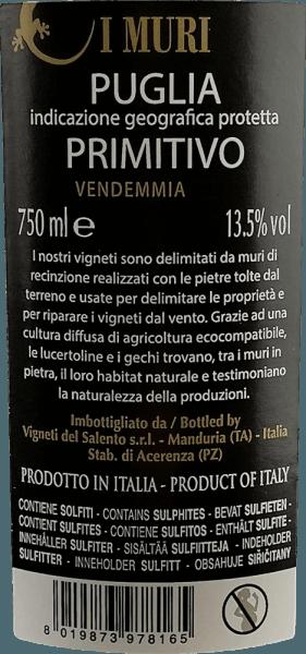 I Muri Primitivo Vigneti del Salento to intensywnie rubinowo-czerwony kolor z fioletowymi odbiciami. Jego bukiet pachnie uwodzicielsko czerwonymi i czarnymi owocami (wiśnie, śliwki i ciemne jagody leśne). Na podniebieniu to włoskie czerwone wino jest cudownie miękkie. Owocowe aromaty bukietu występują również na podniebieniu, gdzie prezentują się soczyste i bogate. Towarzyszą im eleganckie przyprawy z drewna cedrowego i śródziemnomorskich ziół. Aksamitne garbniki towarzyszą pełnemu, silnemu ciału z dużą ilością topnienia i ciepła. Winifikacja I Muri Primitivo Dla tego Primitivo winogrona w Salento rosną na glebach z czerwonej cegły. Przechowuje ciepło, a następnie uwalnia je do winorośli w nocy. Kompensuje to duże różnice temperatur. Przy wietrze morza warunki te sprzyjają rozwojowi szczególnie intensywnych smaków owocowych. Po zbiorze winogrona są starannie zbierane i wyciskane. Moszcz fermentuje przez około 10 dni na puree. Fermentację jabłkową przeprowadza się następnie również w zbiorniku stalowym. Część wina bazowego dojrzewa w zużytych beczkach przez pewien czas przed zmieszaniem i butelkowaniem. Zalecenia żywieniowe dla Vigneti del Salento I Muri Primitivo Ciesz się tym primitivo w temperaturze 18-19 stopni Celsjusza z bogatymi przystawkami, wszystkimi daniami z makaronu, pizzą, ciemnym mięsem i łagodnymi serami. Nagrody I Muri Primitivo AWC Wiedeń: srebro na 2016 Mundus Vini: srebro na 2016 Challenge International du France: Złoto 2014