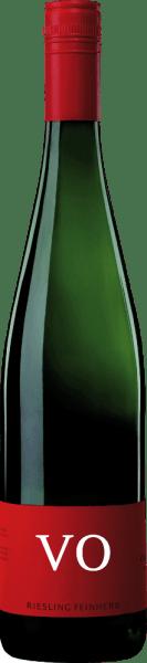 Riesling VO feinherb od Von Othegraven pieści nos owocowym bukietem, który charakteryzuje się cytrusami i brzoskwinią. W tle dodatkowo wyczuwalne są nuty ziół i lekkich kwiatów. Na podniebieniu ten Riesling prezentuje się delikatnie soczyście, z ożywczymi nutami cytrusów i ziołową mineralnością. Delikatne i filigranowe ciało tego białego wina zachwyca swoją taniczną żywiołowością. Zalecenia żywieniowe dla Von Othegraven Riesling VO Delektuj się tym półwytrawnym białym winem z grillowanymi udkami kurczaka, lekkimi daniami rybnymi lub zapiekankami warzywnymi.