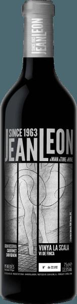 Vinya La Scala Cabernet Sauvignon Gran Reserva od Jean Leon to fascynujące, doskonałe i odmianowe czerwone wino z hiszpańskiego regionu upraw DO Penedès W kieliszku wino to lśni bogatą czerwienią granatu z głębokimi wiśniowo-czerwonymi refleksami. Wyrazisty bukiet niosą typowe dla odmiany aromaty - soczyste owoce jagodowe (porzeczki, maliny i borówki) spotykają się z nutami szlachetnego drewna i nutami przypraw. Podniebienie też jest zepsute przez aromaty z nosa. Ciało jest cudownie eleganckie i przekonuje niezapomnianą złożonością. Tekstura jest cudownie miękka i doskonale współgra z wyważoną strukturą tanin i delikatnie pikantnymi nutami tostowymi. Finisz jest przyjemnie trwały. Winifikacja Vinya La Scala Cabernet Sauvignon Gran Reserva Pojedyncza winnica Vinya La Scala jest poprzecinana jałowymi, kamienistymi glebami i ma powierzchnię 8 hektarów. Po starannym zbiorze i rozbiorze winogron, winogrona są macerowane przez 2 tygodnie w winiarni Jean Leon. Następnie odbywa się klasyczna fermentacja i fermentacja malolaktyczna w zbiornikach ze stali nierdzewnej. Wino to jest następnie starzone przez 2 lata w beczkach z francuskiego dębu. Dla harmonijnego obrazu całości, to hiszpańskie czerwone wino spoczywa przez kolejne 5 lat w butelce, zanim opuści winnicę. Zalecenia żywieniowe dlaJean LeonGran ReservaVinya La Scala Cabernet Sauvignon Delektuj się tym wytrawnym czerwonym winem z Hiszpanii do obficie przyprawionych dań mięsnych - zwłaszcza polędwicy wołowej panierowanej w ziołach na ciemnym sosie - lub do kaczki i gęsi. Można też podać to wino do średnio mocnych i wędzonych serów. Zalecamy dekantację tego czerwonego wina przed wypiciem. Nagrody dla Vinya La Scala Gran Reserva Cabernet Sauvignon Jean Leon James Suckling: 94 punkty za rok 2012