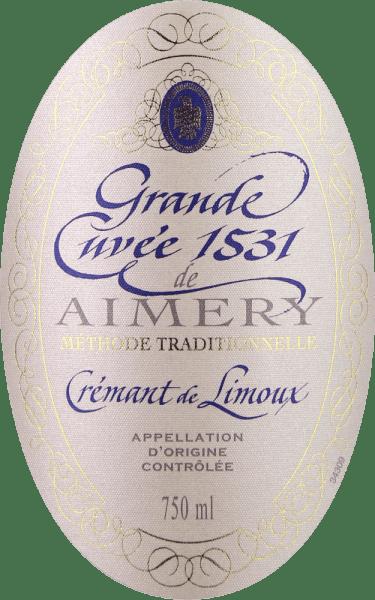 """Wielokrotnie nagradzane Crémant Grande Cuvée 1531 od Sieur d'Arques jest uważane za jedno z najlepszych win musujących w południowej Francji i zostało nazwane na cześć roku, w którym fermentacja butelkowa została wynaleziona lub odkryta we Francji. To Crémant de Limoux w kieliszku ma kolor białego złota. Delikatny perlage niesie ze sobą aromaty zielonego jabłka, gruszki i miodu oraz nuty kwiatowe białych kwiatów. Na podniebieniu finezja tego wina musującego ujawnia się w delikatnej, powściągliwej strukturze kwasowości i doskonałym mousseux. Tutaj również ujawnia się jego świeżość, wraz z aromatami miodu i zielonego jabłka oraz elegancką mineralnością. Średni finisz po raz kolejny ujawnia żywy charakter tego klasyka. Winifikacja Aimery Grande Cuvée 1531 Crémant Wielokrotnie nagradzane crémant z winiarni spółdzielni Sieur d'Arques oddaje hołd ważnemu wydarzeniu historycznemu. Pierwsza oficjalna wzmianka o winie musującym z Francji pochodzi z 1531 roku. W tym czasie mnisi z opactwa St. Hilaire odkryli fermentację butelkową, polegającą na pozostawieniu w szczelnie zamkniętych butelkach na wpół sfermentowanego moszczu winogronowego. To nadal fermentowało. Ponieważ dwutlenek węgla nie mógł uciec, rozpuścił się w winie i uczynił go musującym. Winnice Sieur d'Arques znajdują się w Langedocji i składają się z czterech różnych terroir: Autan, Méditerranéen, Océanique i Haute-Vallée stanowią podstawę upraw winorośli dla Crémant de Limoux. W zależności od życzenia i warunków pogodowych, enolodzy tego domu mają dostęp do plonów z różnych klimatycznie terroir. Crémant 1531 Grande Cuvée składa się z odmian winogron Chardonnay, Chenin Blanc i Pinot Noir. Są one zbierane wcześniej niż winogrona do win spokojnych, aby zapewnić stabilną strukturę kwasową. Wina bazowe są następnie poddawane drugiej fermentacji zgodnie z """"Méthode traditionelle"""" - a więc klasycznej fermentacji w butelce. Następnie Grande Cuvée 1531 leżakuje na osadzie przez 12 miesięcy. Zalecenia żywieniowe dla Aimery Gr"""