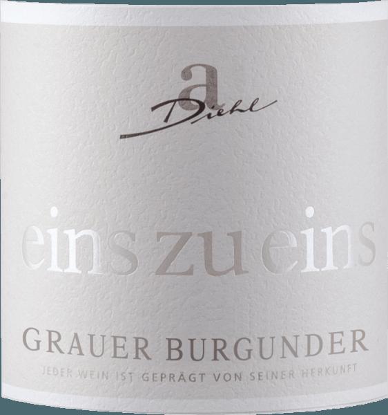 """Szara Burgundia z serii """"One to One"""" winiarni A. Diehl prezentuje się w pięknym kolorze białego złota w szklance. To odmianowe białe wino Palatynat zachwyca owocowym, musującym i mineralnym bukietem pełnym dojrzałych gruszek i jabłek, uzupełnionym delikatnymi nutami orzechowymi i mineralnymi podtekstami. Na podniebieniu Pinot Gris jeden do jednego zaczyna się świeżo, owocowo i cudownie topnieć. Owocowa kwasowość i resztkowa słodycz są doskonale dopasowane i dają tej Palatynatowej interpretacji Pinot Grigio dużą moc picia. W finale Grey Burgundy A. Diehla oferuje dużą presję, dużo stopu i świeże wykończenie mineralne. Winifikacja A. Diehla Grauera Burgundii jeden do jednego Jak zwykle w serii win One to One, ta szara Burgundia jest również opracowana przez Andreasa Diehla absolutnie odmianowe. Winifikacja odbywa się w zbiorniku ze stali nierdzewnej, tak aby wino odzwierciedlało swój charakter odmiany winogron w szklance w sposób jak najbardziej nieskażony. Ponieważ rodzina Diehltów winifikuje Szarą Burgundię jako wino gabinetowe, wszelkie """"sztuczki"""", takie jak zbieranie moszczu itp., są zabronione przez prawo. Tak więc A. Diehl dobrowolnie zobowiązuje się do jeszcze wyższej jakości. Jego żona Alexandra-Isabell Diehl podsumowuje """"Nasze """"indywidualne"""" wina bez wątpienia ujawniają odmianę winogron i winnicę, ale także klimat i decyzje całego roku winiarskiego. Autentyczne i niepowtarzalne. """"Rekomendacja jedzenia dla Grey Burgundy jeden do jednego Polecamy Grauer Burgunder A. Diehla ze szparagami z sosami masłowymi, cielęciną terrine lub blatem stołowym."""