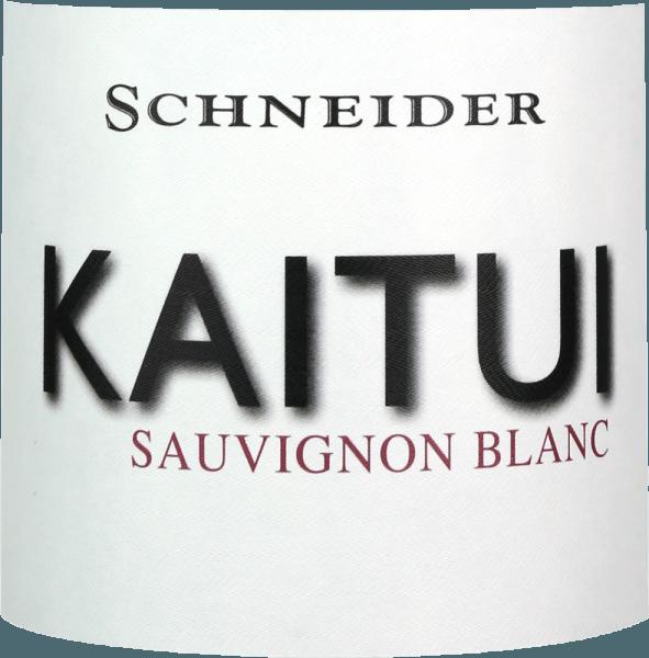 """Kaitui Sauvignon Blanc Markusa Schneidera jest odpowiedzią Niemiec na sukces białego wina Nowej Zelandii. Już sama nazwa pokazuje, że Markus Schneider chce konkurować z klasykami z drugiego końca świata - takimi jak Cloudy Bay & Co. Kaitui oznacza """"krawiec"""" w języku Maorysów (zwróć uwagę na zawód, a nie nazwisko). Kaitui Sauvignon Blanc wpada do szklanki w delikatnym platynowożółtym kolorze i zielonkawym odbiciu. Pierwszy nos natychmiast przypomina o klasycznych zapachach Nowej Zelandii lub zimnego klimatu. Przypomina mi się świeżo koszona trawa, drewno boxwood, trawa cytrynowa, liście limonki kafirowej, kiwi i chrupiące jabłko babci Smith. Dopełnieniem są nuty mineralne i nuty białych kwiatów. Na podniebieniu krawiec Kaitui zaczyna wyjątkowo mocny, soczysty smakowity. Mineralne niuanse, delikatne topnienie i długi, egzotyczny pogłos owoców sprawiają, że wino to niesamowite doświadczenie. Winiarstwo Kaitui Sauvignon Blanc Markus Schneider pozyskuje winogrona dla swojego Kaitui ze szczególnie wysokich działek, gdzie winorośle są zakorzenione w glebie wapiennej. Po zgniataniu następuje żywotność zgniatania od 4 do 10 godzin, po czym wino jest delikatnie prasowane i fermentowane w sposób kontrolowany temperaturą. Zalecenia żywieniowe dla Kaitui Sauvignon Blanc Markusa Schneidera Ciesz się tym białym winem z regionu Palatynatu najlepiej z azjatyckimi potrawami, takimi jak tajskie rybne curry, wietnamskie letnie bułki lub kurczak z patelnią z kolorowymi warzywami."""