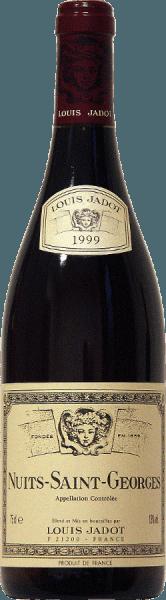 Głęboka rubinowa czerwień to kolor tego 100% Pinot Noir z domu Jadot. Aromaty czerwonych owoców, nuty korzenne, tostów i kakao otaczają nos wina Nuits Saint Georges AOC od Louis Jadot. Mocny smak oparty jest na złożonych aromatach i dobrej strukturze. Harmonijny finisz połyskuje okrągłą taniną, która nadaje winu solidną cielistość. Wspaniały kompan do czerwonych mięs z sosem z czerwonego wina - grillowanych lub pieczonych, marynowanej dziczyzny i pieczeni oraz do średnio wyrazistych serów.