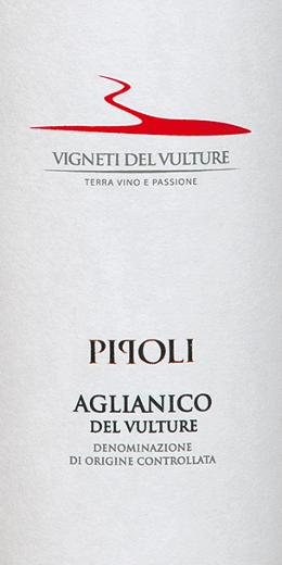 Pipoli Aglianico del Vulture by Vigneti del Vulture z włoskiego regionu winiarskiego Basilicata to odmianowe, ciepłe i eleganckie czerwone wino. Wino to prezentowane jest w szklance w intensywnej czerwieni z fioletowym połyskiem. Pipoli Aglianico del Vulture rozwija swój złożony i potężny bukiet z aromatami wiśni, wanilii, fiołka, lukrecji i czarnego pieprzu. To czerwone wino z południowych Włoch jest ciepłe na podniebieniu i ma pełne ciało. Jego dojrzałe i słodkie garbniki prowadzą do długiego i balsamicznego wykończenia. Winifikacja Pipoli Aglianico przez Vigneti del Vulture Winogrona tej odmiany Aglianico zbierano ręcznie, wyselekcjonowano, a następnie delikatnie tłoczono i odtłuszczono. Przed fermentacją winogrona macerowano w temperaturze 4 stopni Celsjusza przez 5 dni, a następnie fermentowano w temperaturze 22 do 24 stopni Celsjusza. 40% Pipoli Aglianico dojrzewało następnie przez 10 miesięcy w zużytych beczkach, reszta pozostała w zbiornikach ze stali nierdzewnej. W celu ostatecznej rafinacji wino to dojrzewało przez dodatkowe 3 miesiące w butelce. Zalecenia żywieniowe dla Pipoli Aglianico del Vulture Ciesz się tym wytrawnym czerwonym winem z Włoch z potrawami z mięsem lub dojrzałymi serami. Nagrody dla Pipoli Aglianico Vigneti del Vulture Vinibuoni d 'Italia: Złota Gwiazda 2015 AWC Wiedeń: Złoto za 2015 Concours International de Lyon: Srebro za 2015 Dekanter: Brąz za 2015