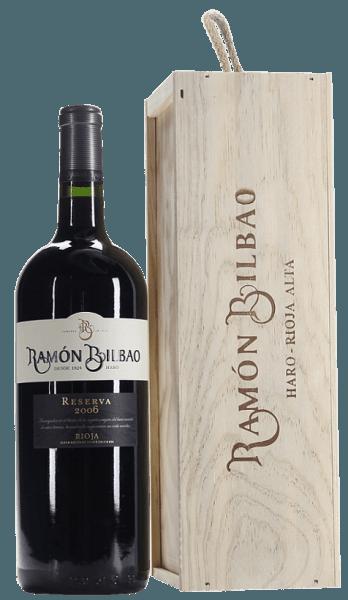 Der Rioja Reserva DOCa von Ramón Bilbao leuchtet in einem dunklen Granatrot im Glas. An der Nase zeigt er ein komplexes, intensives Bouquet, mit Aromen von reifen roten Früchten, welche typisch für die Rebsorten Graciano und Mazuelo sind. Schönen Säurenoten, sowie schwarze Früchte verleiht die Tempranillo-Traube diesem Wein mit Anklängen von Kirschen. Im Hintergrund sind würzige Noten von Vanille, Zimt, Muskatnuss, Zedernholz und Tabak wahrzunehmen. Am Gaumen ist diese Rotweincuvée körperreich, vollmundig, sehr ausgewogen. Sehr reife, weiche und runde Tannine münden in einem langen, geschmackvollen Finale mit eleganten Röstaromen und dem Zusammenspiel von roten und schwarzen Früchten. Vinifikation des Rioja Reserva DOCa von Ramón Bilbao Dieser Rotwein ist einer der Klassiker aus dem Hause Ramón Bilbao. Er wird aus 90% Tempranillo und zu je 5% aus Mazuelo und Graciano, zwei traditionellen Rebsorten aus der Weinbauregion Rioja, vinifiziert. Diese beiden Rebsorten verleihen der Cuvée eine gewisse Säure und Langlebigkeit. Der Wein wird in Edelstahltanks vergoren mit kurzen Mazerationszeiten, anschliessend wird er für 20 Monate in Barriques aus amerikanischer Eiche ausgebaut. Nach der Abfüllung reift er noch weitere 20 Monate in der Flasche, um seine perfekte Balance zu erlangen. Speiseempfehlung für den Rioja Reserva DOCa von Ramón Bilbao Genießen Sie diesen trockenen Rotwein zu Iberico-Schinken, kräftigen Fleischgerichten oder zu Käsesorten wie Pecorino, Cheddar und Comté.