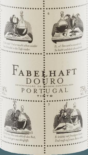 Tętniąca życiem rubinowa czerwień Niepoort Fabulous Douro Tinto pokazuje fioletowe odbicia i połyski o średniej gęstości koloru w szkle. Żywy, pachnący nos tego czerwonego cuvée z Touriga Franca, Touriga Nacional, Tinta Roriz, Tinta Amarela i innych odmian winogron przekonuje świeżymi, głębokimi i bardzo intensywnymi aromatami dzikich jagód, soczystych jeżyn i śliwek. Słodkie przyprawy i ziołowe liście herbaty mieszają się harmonijnie z balsamicznym charakterem bajecznego Douro Tinto. Na podniebieniu Fabulous Tinto ujawnia elegancki, obszerny i młodzieńczy świeży smak o zauważalnie mineralnym profilu. Piękny, żywy kwas owocowy i miękkie garbniki dopełniają zrównoważonego podniebienia. Oprócz zawartości, zewnętrzna strona butelki z czerwonym winem jest również niezwykła w Fabulous Tinto. Dirk Niepoort wybrał historię Wilhelma Buscha, aktualnie kruka Hansa Huckebeina. Jego życie kończy się źle, między innymi poprzez spożywanie alkoholu, i ukształtowało koncepcję nalotu na katastrofę do dziś. Bajki takie jak Pickebein są powodem, dla którego Niepoort nadał tej serii win nazwę Fabulous - i tak smakują! Dirk Niepoort udowodnił za pomocą Fabulous Tinto, że charakterystyczne czerwone wina z Portugalii są możliwe w uczciwej cenie. Nie tylko to, ze swoją etykietą Wilhelma Buscha stworzył również wizualnie wino, które można natychmiast rozpoznać. Winifikacja Fabulous Tinto Zbiory rozpoczynają się na początku września, a winogrona do produkcji wspaniałych win Douro zbierane są przede wszystkim ze szczególnym uwzględnieniem świeżości, kwasowości i owoców. Szczególnie należy unikać przejrzałych winogron dla bajecznego Douro Tinto. Po wyselekcjonowaniu zebranego materiału w piwnicy winogrona były odtłuszczane, tłuczone i fermentowane. Po fermentacji 15% wina dojrzewało przez 12 miesięcy w dębowych beczkach francuskich (drugie danie). Polecane jedzenie dla Fabulous Wine Tinto von Niepoort Delektuj się tym portugalskim czerwonym winem z makaronem z pikantnymi sosami warzywnymi lub 