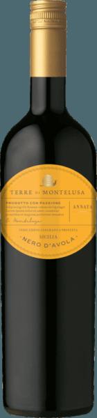 Der Nero d'Avola Sicilia von Terre di Montelusa aus Sizilien offeriert im Glas eine leuchtende, purpurrote Farbe. Idealerweise in ein Rotweinglas eingegossen, zeigt dieser Rotwein aus Italien herrlich ausdrucksstarke Aromen nach schwarzer Johannisbeere, Pflaume, Heidelbeere und Maulbeere, abgerundet von Bitterschokolade, Kakaobohne und Zimt. Der Nero d'Avola Sicilia von Terre di Montelusa ist die richtige Wahl für alle Weinenthusiasten, die möglichst wenig Restzucker im Wein mögen. Dabei zeigt er sich aber nie karg oder spröde, was bei einem Wein im Einstiegsbereich absolut keine Selbstverständlichkeit ist. Ausgeglichenen und vielschichtig präsentiert sich dieser dichte Rotwein am Gaumen. Durch seine lebendige Fruchtsäure präsentiert sich der Nero d'Avola Sicilia am Gaumen traumhaft frisch und lebendig. Im Abgang begeistert dieser Rotwein aus der Weinbauregion Sizilien schließlich mit schöner Länge. Erneut zeigen sich wieder Anklänge an Pflaume und Schwarzkirsche. Vinifikation des Nero d'Avola Sicilia von Terre di Montelusa Dieser Wein legt den Augenmerk klar auf eine Rebsorte, und zwar auf Nero d'Avola. Für diesen außergewöhnlich balancierten sortenreinen Wein von Terre di Montelusa wurde nur erstklassiges Traubenmaterial eingebracht. Die Trauben für diesen Rotwein aus Italien werden, nachdem die optimale Reife sichergestellt wurde, ausschließlich von Hand gelesen. Nach der Lese gelangen die Trauben auf schnellstem Wege ins Presshaus. Hier werden Sie selektiert und behutsam gemahlen. Es folgt die Gärung im Edelstahltank bei kontrollierten Temperaturen. Der Vinifikation schließt sich eine Reifung für einige Monate auf der Feinhefe an, bevor der Wein schließlich auf Flaschen gezogen wird. Speiseempfehlung für den Nero d'Avola Sicilia von Terre di Montelusa Dieser italienische Rotwein sollte am besten temperiert bei 15 - 18°C genossen werden. Er eignet sich perfekt als begleitenden Wein zu Pflaumenmus, Gebratene Kalbsleber mit Äpfeln, Zwiebeln und Balsamessigsauce ode