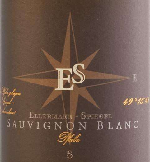 Wino Sauvignon Blanc wytrawne z Ellermann-Spiegel pochodzi jasnożółte błyszczące do szklanki. Bukiet pokazuje już swój styl. Charakteryzuje się cudownie dojrzałym agrestem, tropikalnymi nutami mango i żółtego kiwi oraz innymi żółtymi owocami pestkowymi. Dodaj delikatne ziołowe niuanse trawy i balsamu cytrynowego. Na podniebieniu, to Palatinate Sauvignon Blanc nieruchomości wino wytrawne z Ellermann-Spiegel jest cudownie rasowe, świeże, żywe i przyczepne, ma ekstrakt i moc. Pikantny i ze świeżym kwasem, przewraca się po języku i żegna się z długim, mineralnym wykończeniem. Winifikacja lustra Ellermann Sauvignon Blanc Sauvignon Blanc został sfermentowany przez Franka Spiegela w zbiorniku ze stali nierdzewnej o kontrolowanej temperaturze, a następnie dojrzewał przez pewien czas na drobnych drożdżach, dzięki czemu jego aromat mógł być dalej dopracowywany. Polecane jedzenie dla Ellermann-Spiegel Sauvignon Blanc Ciesz się winem kombi Sauvignon Blanc wytrawnym od producenta wina Franka Spiegela z azjatyckimi potrawami, takimi jak Bun Bo lub z patelniowymi curry z imbirem, tajską bazylią i trawą cytrynową.