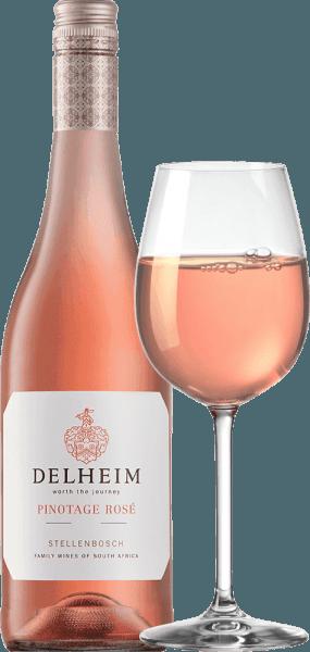 """Wina Pinotage Rosé marki Delheim prezentowane są w żywym jasnoróżowym kolorze. Wyjątkowo gęsty, pachnący bukiet tego różowego wina z RPA przypomina koszyk owoców wypełniony słodkimi czerwonymi malinami, żurawiną, truskawkami leśnymi i soczystymi lekkimi wiśniami. Na podniebieniu to Pinotage Rosé prezentuje się świeże, owocowe, soczyste i okrągłe. Zasrany świeży kwas owocowy stoi na drodze subtelnej, cudownie roztopionej słodyczy, która doskonale równoważy to różowe z przylądka. Winifikacja Pinotage Rosé von Delheim Ten klasyk jest winifikowany od 1976 roku. W tym czasie Michael """"Spatz"""" Sperling i jego żona Vera stworzyli prawdziwą klasykę, tworząc Pinotage Rosé w pierwszym roku. Regularne nagrody i wielokrotne nagrody jako Najlepsze Różowe Roku (magazyn Weinwirtschaft) uczyniły Pinotage Rosé legendą.Winogrona Pinotage do tego wina rosną na ekspresyjnych glebach gliniastych i piaszczystych w gminie Muldersvlei Bowl na legendarnym obszarze uprawy Stellenbosch. Delheim Rosé jest winifikowane głównie z odmiany czerwonych winogron Pinotage, która jest szczególnie typowa dla Republiki Południowej Afryki, do której dodano niewielką część pachnących winogron Muscat. Winogrona są zbierane ręcznie i wybierane ponownie przed zacieraniem. Jagody są następnie tłuczone, moszcz pozostaje tylko na krótko na skórkach, a delikatnie różowy moszcz jest następnie fermentowany. Polecane jedzenie dla Delheim Pinotage Rosé Ciesz się tym różowym solo jako aperitif lub z ceviche, zupą z pianki pieprzowej żółtej, chorizo carbonara i żyroskopem indyka. Ten uroczy róż wykonany jest w 90% z pinotażu i w 10% z muskatu."""