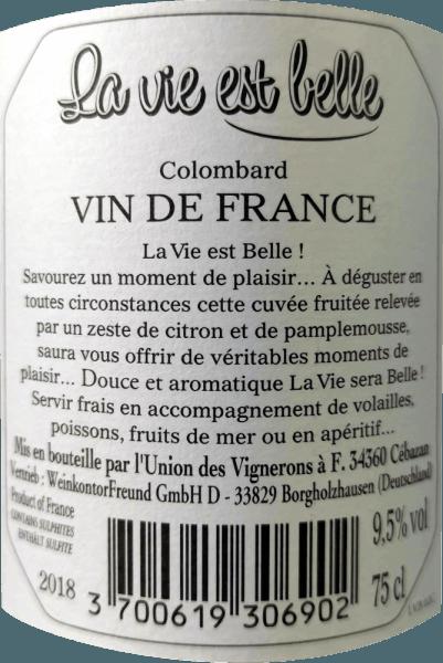 La vie est belle - życie może być takie piękne. To chrupiące, świeże białe wino jest tak lekkie i beztroskie, aby cieszyć się. Wino La Vie est belle zachwyca świeżym i lekkim smakiem oraz niską zawartością alkoholu, szczególnie latem. Wino to przekazuje zrelaksowany styl życia i sprawia, że chcesz mieć piknik w jasnym słońcu. La vie est belle blanc prezentuje się w jasnym słomkowo żółtym szkle, rozkładając swój świeży i intensywny bukiet z aromatami grejpfruta, skórki cytrusowej i białych kwiatów. Na podniebieniu można poczuć nuty w pełni dojrzałych limonek i różowego grejpfruta. Odświeżająca kwasowość jest w doskonałej równowadze z subtelną resztkową słodyczą tego wina z Francji. Winifikacja białego wina La vie est belle Świeże wino ze 100% winogron Colombard leżakowało w stalowym zbiorniku. Ponieważ wino nie zostało całkowicie sfermentowane i wykorzystano wybrane zbiory o niższym stopniu Oechsle, La Vie Est Belle Blanc zachwyca zawartością alkoholu poniżej 10% obj. i delikatną, dyskretną resztkową słodyczą, która nadaje mu wspaniały stopień. Zalecenia żywieniowe dla La vie est belle blanc Niska zawartość alkoholu sprawia, że to południowofrancuskie wino jest idealnym winem letnim. Ciesz się tym białym winem z lekkimi letnimi potrawami, antypasti i sałatkami.
