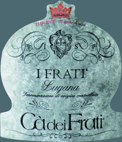 I Frati Lugana z Cà dei Frati jest dumą winnicy i jest winifikowany z lokalnej odmiany winogronTurbiana (Trebbiano). W szklance to wino lśni w przezroczystej słomkowożółtej barwie ze złotymi akcentami. Bukiet jest cudownie wieloaspektowy - w młodym wieku nos psują delikatne nuty białych kwiatów, soczystych moreli i migdałów. Kiedy to włoskie białe wino otrzyma czas, dodawane są mineralne i pikantne niuanse oraz karmelizowane aromaty. Na podniebieniu wino to jest cudownie pełne o żywotnej i radosnej kwasowości. Pikantna esencja jest doskonale zintegrowana z prostym, mineralnym i eleganckim korpusem. To białe wino zachwyca finezją, złożoną osobowością i wyrazistą różnorodnością aromatów. WinifikacjaCà dei FratiLugana Po starannym zebraniu winogron są one natychmiast przewożone do winnicyCà dei Frati. Moszcz jest fermentowany w zbiorniku ze stali nierdzewnej i pozostawiany na drobnych drożdżach przez co najmniej 6 miesięcy (po leżakowaniu). Wreszcie wino to dojrzewa przez kolejne 2 miesiące na butelce. Zalecenia żywieniowe dla LuganaCà dei Frati Ciesz się tym wytrawnym białym winem z Włoch z letnimi przystawkami lub z grillowaną rybą z pietruszką ziemniaczaną. Nagrody dla I Frati Lugana Falstaff: 92 punktów za 2017 Mundus Vini: najlepsze białe wino we Włoszech za 2017 r. Vinum: 17/20 punktów za entuzjastę wina 2017: 91 punktów za 2015 r.