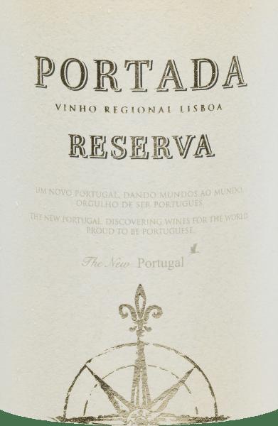 Portada Branco Reserva od DFJ Vinhos to wspaniały, przyjemnie świeży i miękki cuvée białego wina z odmian winogron Fernão Pires (40%), Arinto (30%), Chardonnay (15%) i Verdelho (15%). W jasnosłomkowo żółtym z błyszczącymi odbiciami wino to pojawia się w szklance. Atrakcyjny bukiet pokazuje wiele żółtych owoców pestkowych - zwłaszcza brzoskwini i mirabelki - podkreślonych nutami mineralnymi. Na podniebieniu to portugalskie białe wino ma wspaniałą świeżość, pełne ciało i dębową miękką konsystencję. Finał jest również cudownie świeży i owocowy. Rekomendacja jedzenia dla DFJ VinhosBranco Reserva Portada Dobrze schłodzone, to suche białe wino z Portugalii jest mile widzianym aperitivem. Ale to wino pasuje również do dań ze świeżych owoców morza, ryb gotowanych na parze, sałatek śródziemnomorskich lub portugalskich tapas. Nagrodydla Portada Branco Reserva Asia Wine & Spirits Awards: Godl za 2016 i 2017 Berlin Wine Trophy: Złoto 2016
